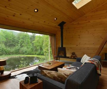 Nhà bên hồ đơn giản ở Mỹ